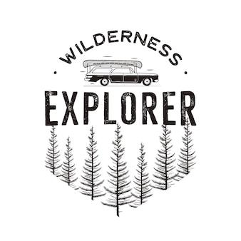 Logo wilderness explorer con auto da campeggio e foresta di pini. toppa con emblema da viaggio all'aperto monocromatica in stile retrò. distintivo di esploratore. vettore di stock isolato.