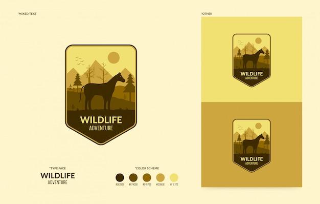 Logo della fauna selvatica con cavallo a piedi, concetto di avventura all'aperto Vettore Premium