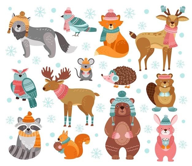 Personaggi animali invernali. animali da vacanza in stile, simpatici cervi di volpe di coniglio di procione di natale. illustrazione di vettore degli amici di saluto divertente del terreno boscoso. personaggio natale cervo e gufo con cappello, animale coniglio