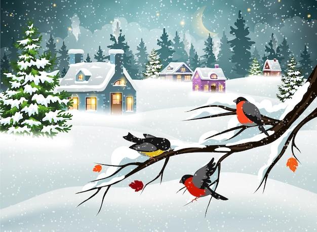 Paesaggio natalizio invernale con case di villaggio coperte di neve in una foresta di pini e ciuffolotti su un ramo