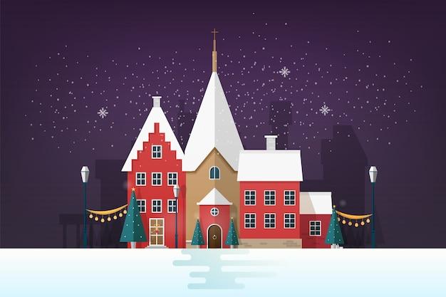 Paesaggio urbano invernale o paesaggio urbano in serata nevosa con edifici antichi e decorazioni per le strade di vacanza