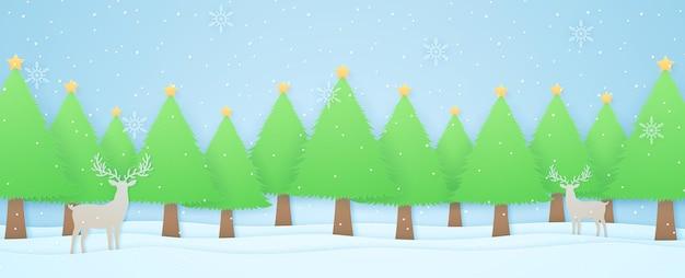 Renne di paesaggio invernale e alberi di natale sulla neve con neve che cade e fiocchi di neve