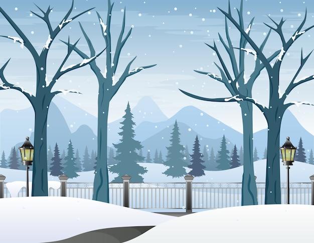 Paesaggio invernale con strada innevata e alberi spogli