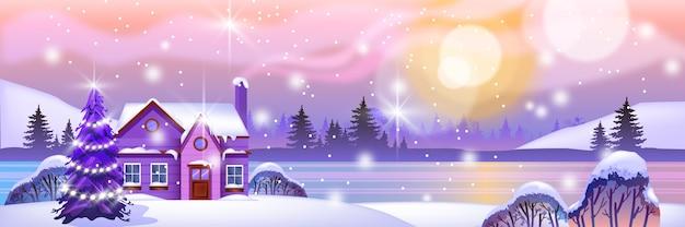 Paesaggio orizzontale settentrionale invernale con piccola casa nella neve, albero di natale, foresta, lago, sole