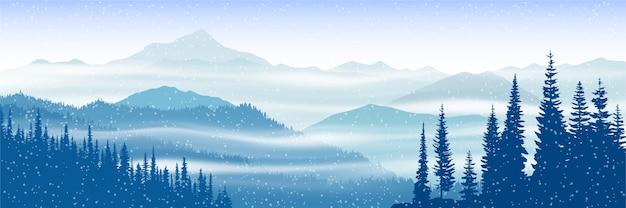 Vista panoramica invernale sulle montagne con nebbia