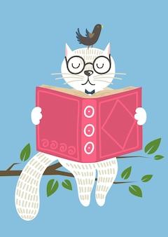 Gatto bianco affascinante saggio con il libro di lettura degli uccelli sul banch dell'albero