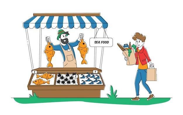 Stand dell'acquirente della donna alla scrivania con la produzione di frutti di mare dell'agricoltore sul mercato della città