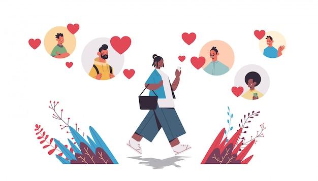La donna che chiacchiera con gli uomini nella comunicazione online di relazione sociale della riunione di app di incontri online trova l'illustrazione integrale orizzontale isolata concetto di amore