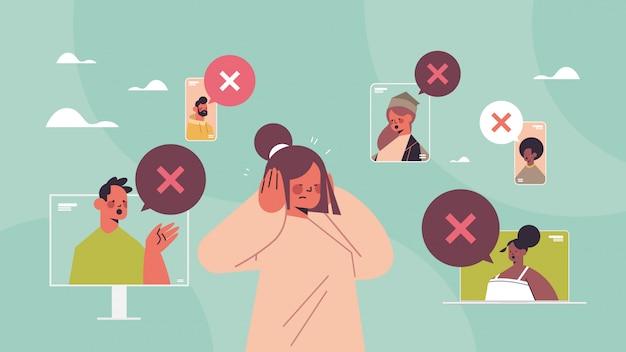 Donna chiudendo le orecchie che soffrono di rumore tacere bolla di chat concetto silenzioso con segno trasversale