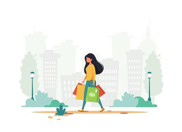 Donna che fa shopping in città