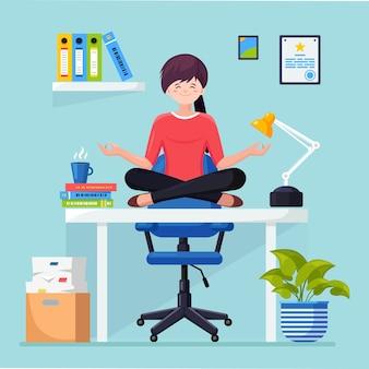 Donna che fa yoga sul posto di lavoro in ufficio. lavoratore seduto nella posa del loto padmasana sulla scrivania, meditando, rilassarsi, calmarsi e gestire lo stress.