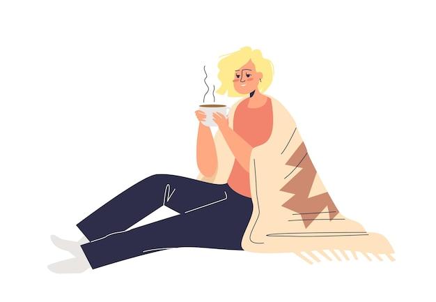 Donna che beve tè caldo coperto di coperta. giovane femmina personaggio dei fumetti tenendo la tazza di bevanda calda.