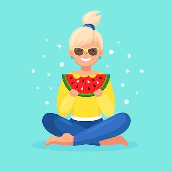 Donna che mangia fetta di anguria. ora legale, concetto di festa in spiaggia