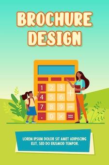 Donna che spiega ragazza come usare la calcolatrice. cifra, insegnante, illustrazione vettoriale piatto bambino