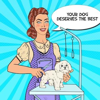 Donna che cura un cane con le forbici