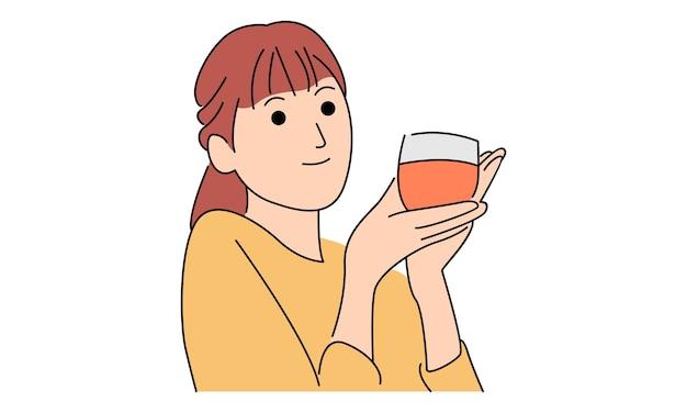 La donna tiene una tazza di succo d'arancia
