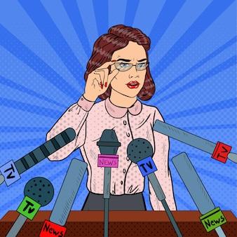 Donna che tiene una conferenza stampa