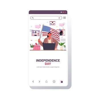 Donna che tiene in mano la bandiera degli stati uniti che celebra, app mobile per lo schermo dello smartphone del 4 luglio giorno dell'indipendenza americana
