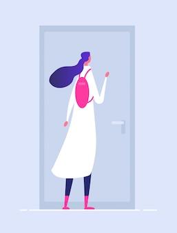 Donna alla porta di casa. persona entrante femminile della costruzione nel concetto di benvenuto della porta di apertura della ragazza della entrata