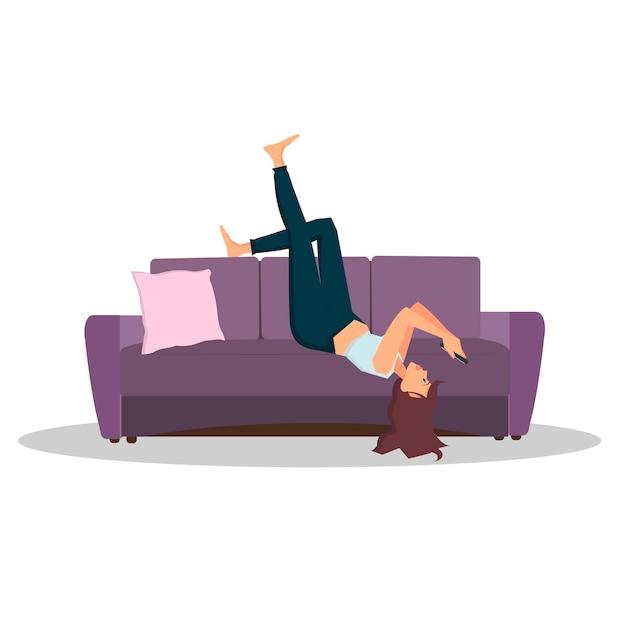 La donna si trova sul divano e guarda sullo smartphone illustrazione piana del fumetto di vettore di colore