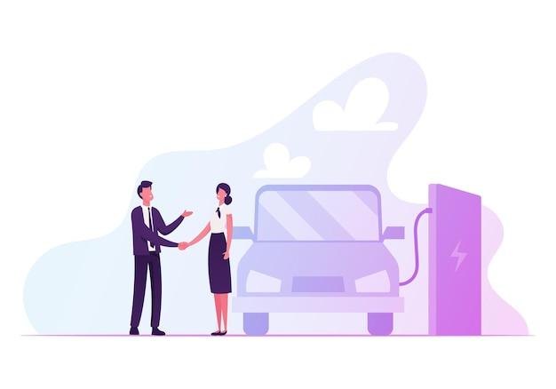 Donna e uomo che agitano le mani vicino a ricarica auto elettrica con batteria al litio.