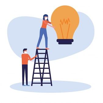Donna e uomo con maschera e lampadina sulla scala