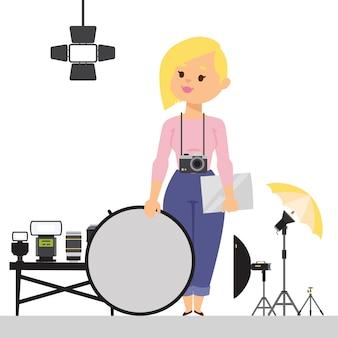 Fotografo della donna con l'attrezzatura dello studio, illustrazione. personaggio dei cartoni animati di stile piano con macchina fotografica e riflettore di luce. attrezzatura fotografica professionale
