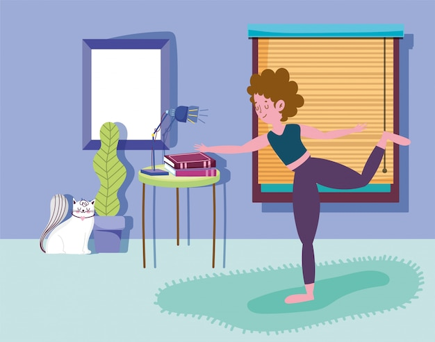 La donna che posa l'yoga nella sala con lo sport di attività del gatto si esercita a casa