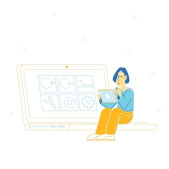 Programmatore di donna che lavora al computer alla pagina del sito web in linea progetto java coding