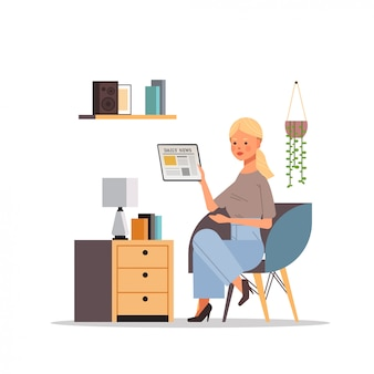 Donna che legge le notizie quotidiane sul concetto del giornale di mass media della stampa dello schermo del pc della compressa