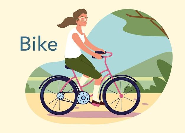 Donna in bicicletta all'aperto