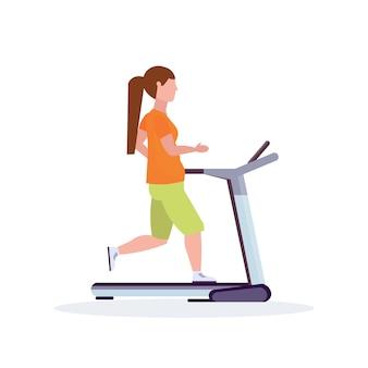 Sportiva in esecuzione su tapis roulant sportiva che risolve il concetto di stile di vita sano femminile personaggio dei cartoni animati a figura intera sfondo bianco piatto
