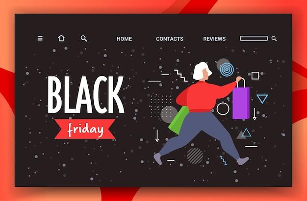 Donna che corre con borse della spesa venerdì nero grande vendita