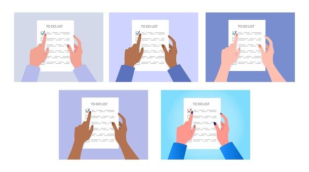 Mani della donna che tengono una lista di cose da fare. attività completata.