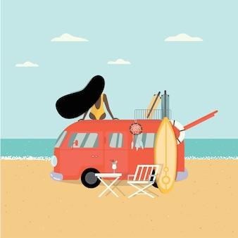 Una donna si siede sul tetto di un'auto e guarda il mare. autobus hippie, surf, valigia.