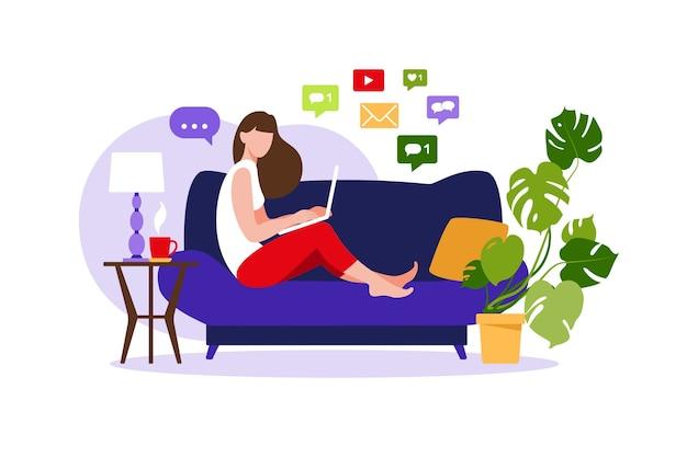 Donna seduta sul divano con il computer portatile. lavorando su un computer. freelance, formazione online o concetto di social media. freelance o studio del concetto. illustrazione moderna di stile piano isolata su bianco.