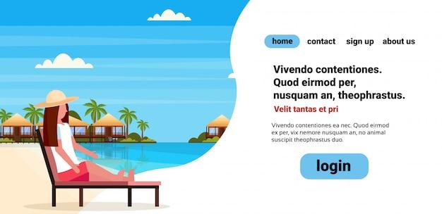 Sedia di salotto di seduta del letto del sole della donna sul copyspace piano piano di vacanze estive del paesaggio delle palme di verde della spiaggia dell'hotel della villa dell'hotel della villa tropicale dell'isola