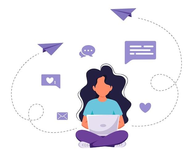 Donna seduta con laptop freelance online che studia lavoro a distanza