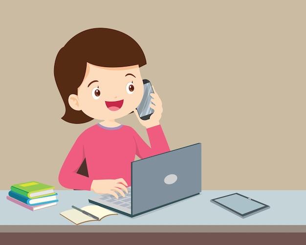 Donna che utilizza un computer e un telefono cellulare chiamando,