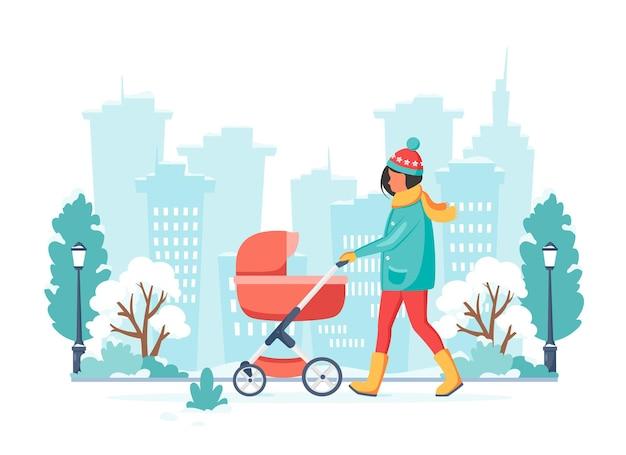 Donna che cammina con la carrozzina in inverno
