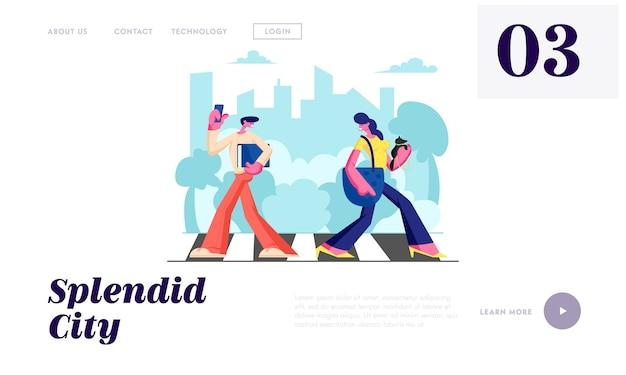 Donna con cane e uomo con telefono che cammina attraverso le strisce pedonali nella metropoli