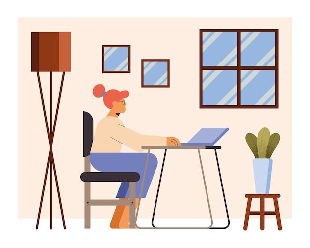 Donna con laptop alla scrivania