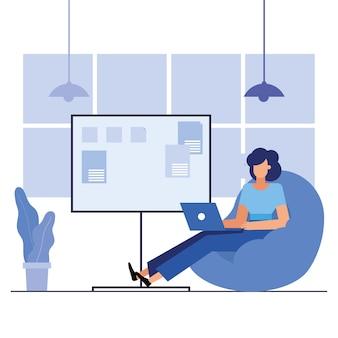 Donna con il computer portatile nel design dell'ufficio, forza lavoro di oggetti aziendali e tema aziendale