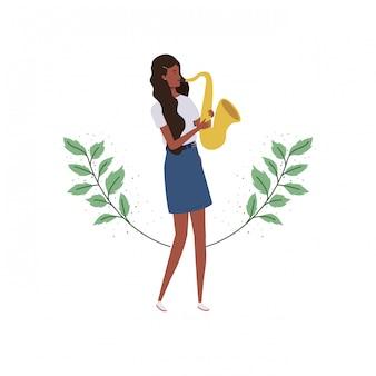 Donna con sassofono e rami e foglie
