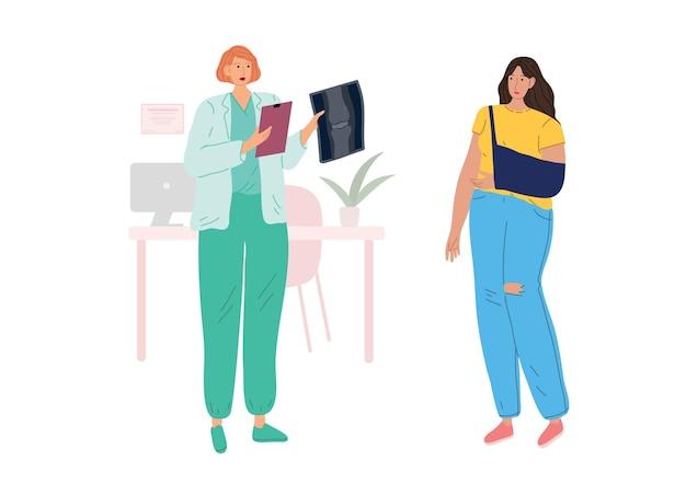 Una donna con una mano dolorante all'appuntamento dal medico. il dottore che le guarda i raggi x.