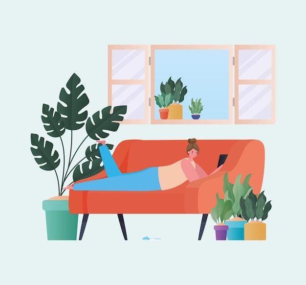Donna con tavoletta lavorando sul design divano arancione del tema del lavoro da casa