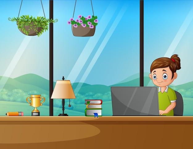 Una donna che lavora con un laptop seduta sul posto di lavoro