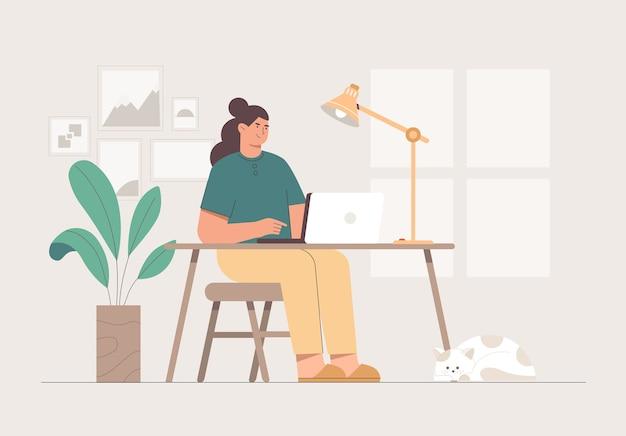 Donna che lavora con il computer portatile sul divano in camera accogliente