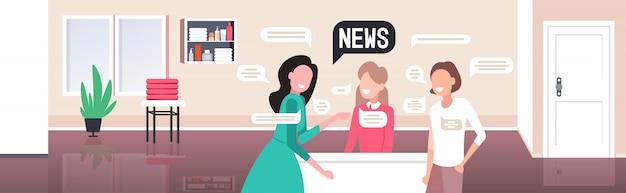 Donne clienti con spa receptionist discutendo notizie quotidiane chat bolla concetto di comunicazione. illustrazione orizzontale del ritratto interno del salone di bellezza moderno