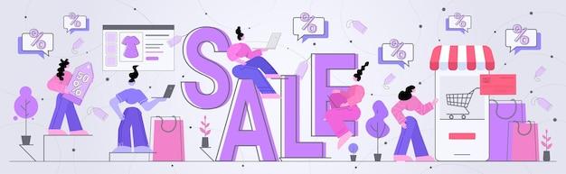Donne clienti che acquistano merci offerta speciale vendita sconto concetto di shopping stagionale